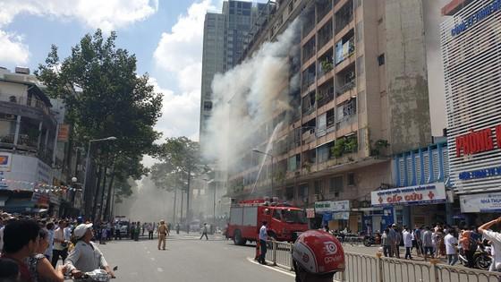 Giải cứu gần 30 người mắc kẹt trong đám cháy ký túc xá ở TPHCM ảnh 10