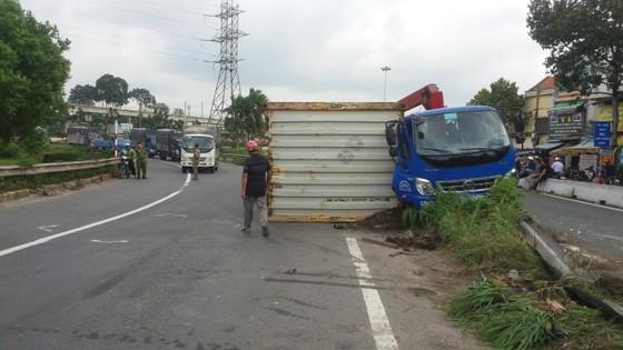 Xe container làm rớt thùng hàng vào xe tải, nhiều người thoát chết  ảnh 2