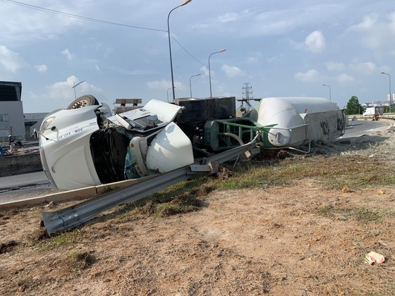 Xe container làm rớt thùng hàng vào xe tải, nhiều người thoát chết  ảnh 4