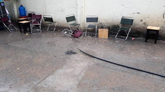 Người đàn ông ngồi uống cà phê trên vỉa hè bị điện giật tử vong ở TPHCM ảnh 1