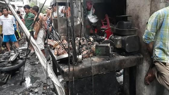 Xe máy giao gas ngã xuống đường, lửa bùng lên thiêu rụi 6 kiốt ảnh 6