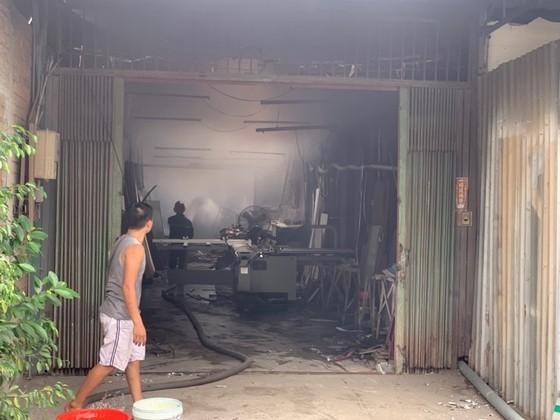 Cháy lớn ở quận Thủ Đức, khói đen bốc cao hàng chục mét ảnh 3