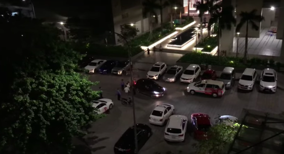 Mâu thuẫn chỗ đậu xe trong chung cư, thanh niên điều khiển ô tô tông xe máy khiến 2 người bị thương ảnh 1