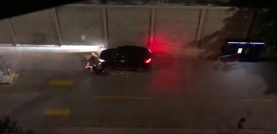 Mâu thuẫn chỗ đậu xe trong chung cư, thanh niên điều khiển ô tô tông xe máy khiến 2 người bị thương ảnh 2