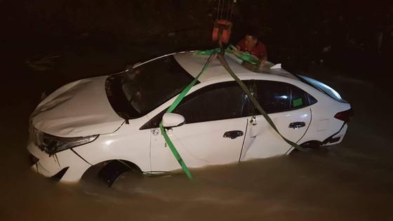 4 người kẹt trong ô tô bị nước cuốn trôi xuống suối Săn Máu ảnh 1