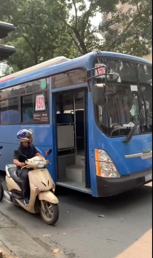 Đình chỉ tài xế xe buýt bóp còi, ép xe, phun nước bọt thách thức người đi đường ở TPHCM ảnh 1