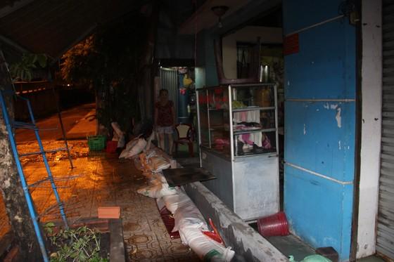 Phó Chủ tịch UBND TPHCM thăm hỏi, động viên người dân sau sự cố vỡ bờ bao ở quận 8 ảnh 16