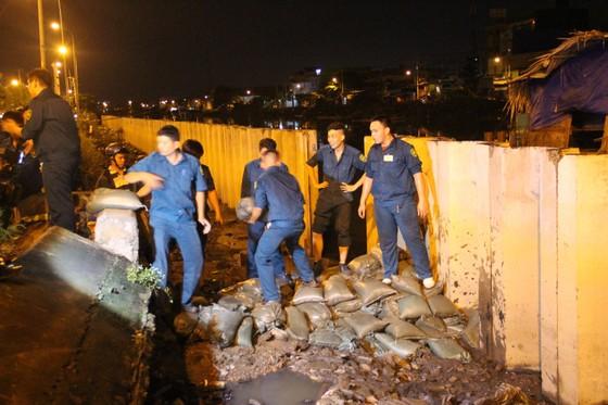 Phó Chủ tịch UBND TPHCM thăm hỏi, động viên người dân sau sự cố vỡ bờ bao ở quận 8 ảnh 20