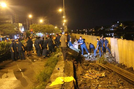 Phó Chủ tịch UBND TPHCM thăm hỏi, động viên người dân sau sự cố vỡ bờ bao ở quận 8 ảnh 21