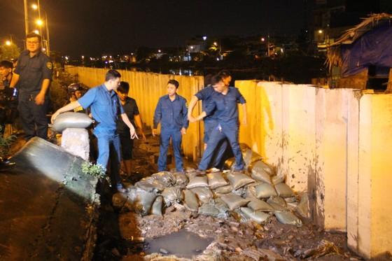 Phó Chủ tịch UBND TPHCM thăm hỏi, động viên người dân sau sự cố vỡ bờ bao ở quận 8 ảnh 22