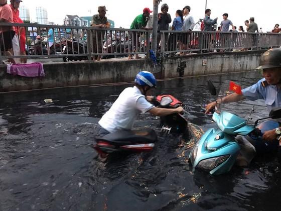 Phó Chủ tịch UBND TPHCM thăm hỏi, động viên người dân sau sự cố vỡ bờ bao ở quận 8 ảnh 13