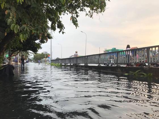 Phó Chủ tịch UBND TPHCM thăm hỏi, động viên người dân sau sự cố vỡ bờ bao ở quận 8 ảnh 14