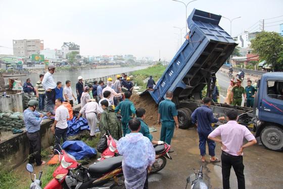 Phó Chủ tịch UBND TPHCM thăm hỏi, động viên người dân sau sự cố vỡ bờ bao ở quận 8 ảnh 8