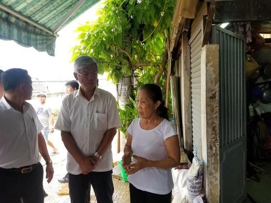 Phó Chủ tịch UBND TPHCM thăm hỏi, động viên người dân sau sự cố vỡ bờ bao ở quận 8 ảnh 5