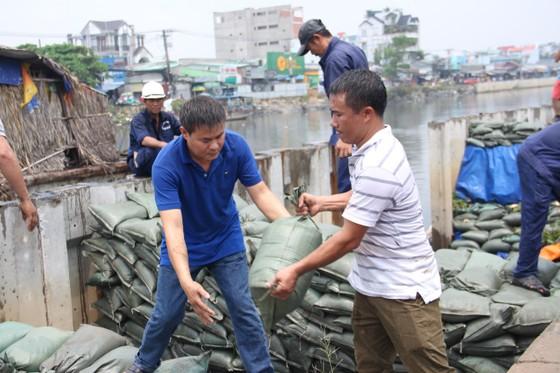 Phó Chủ tịch UBND TPHCM thăm hỏi, động viên người dân sau sự cố vỡ bờ bao ở quận 8 ảnh 11