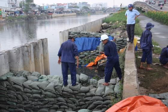 Phó Chủ tịch UBND TPHCM thăm hỏi, động viên người dân sau sự cố vỡ bờ bao ở quận 8 ảnh 7