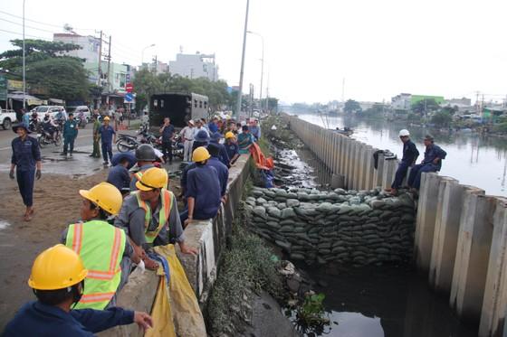 Phó Chủ tịch UBND TPHCM thăm hỏi, động viên người dân sau sự cố vỡ bờ bao ở quận 8 ảnh 10