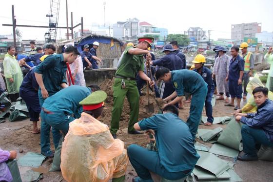 Phó Chủ tịch UBND TPHCM thăm hỏi, động viên người dân sau sự cố vỡ bờ bao ở quận 8 ảnh 9