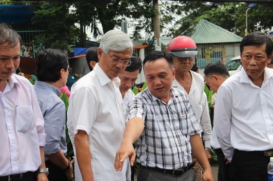 Phó Chủ tịch UBND TPHCM thăm hỏi, động viên người dân sau sự cố vỡ bờ bao ở quận 8 ảnh 3