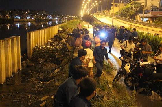 Huy động gần 200 người khắc phục sự cố vỡ bờ bao tại quận 8, TPHCM ảnh 8
