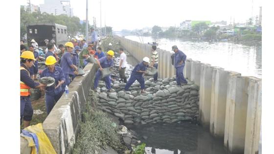 Phó Chủ tịch UBND TPHCM thăm hỏi, động viên người dân sau sự cố vỡ bờ bao ở quận 8 ảnh 6