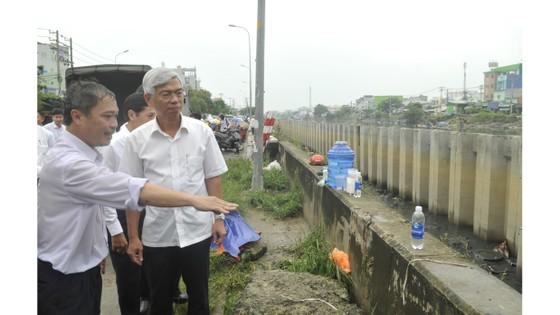 Phó Chủ tịch UBND TPHCM thăm hỏi, động viên người dân sau sự cố vỡ bờ bao ở quận 8 ảnh 2