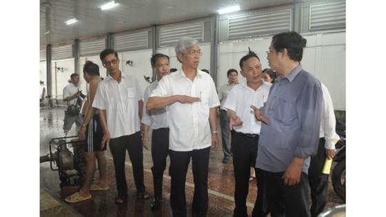 Phó Chủ tịch UBND TPHCM thăm hỏi, động viên người dân sau sự cố vỡ bờ bao ở quận 8 ảnh 4
