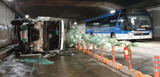 Xe tải va chạm với xe khách trong hầm Thủ Thiêm ảnh 1