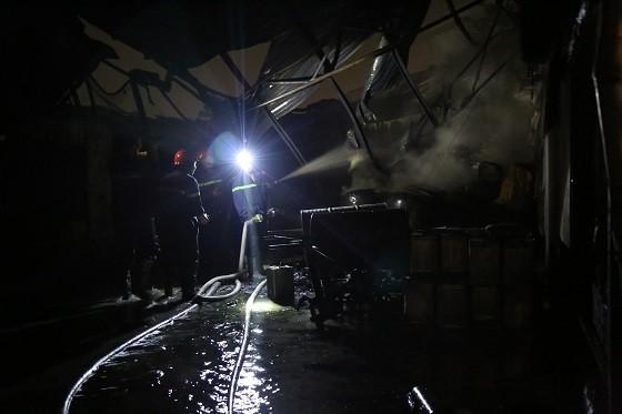 Hàng trăm chiến sĩ chống chọi đám cháy ở khu pha chế dung môi của Công ty Dragon Up ảnh 3
