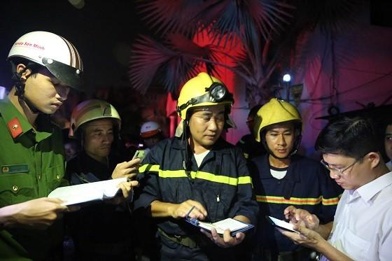 Hàng trăm chiến sĩ chống chọi đám cháy ở khu pha chế dung môi của Công ty Dragon Up ảnh 7