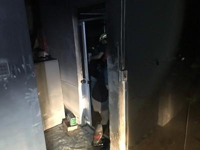Giải cứu 2 người mắc kẹt trong căn nhà bốc cháy ở quận Gò Vấp ảnh 1