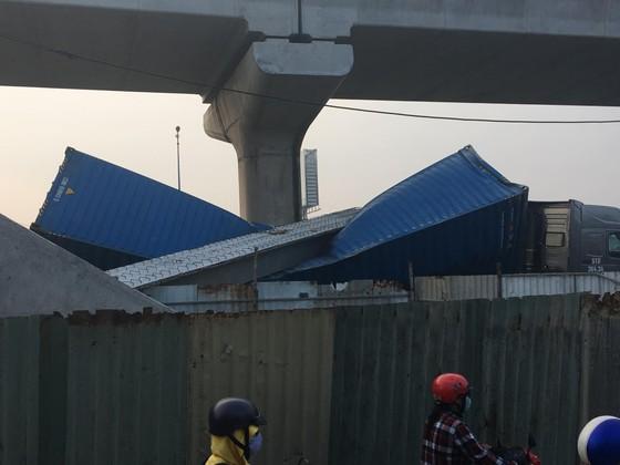 Xe container kéo sập dầm bê tông của công trình hầm chui xa lộ Hà Nội ảnh 1
