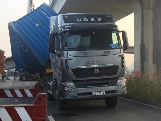 Xe container kéo sập dầm bê tông của công trình hầm chui xa lộ Hà Nội ảnh 2