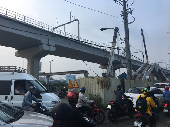 Xe container kéo sập dầm bê tông của công trình hầm chui xa lộ Hà Nội ảnh 3