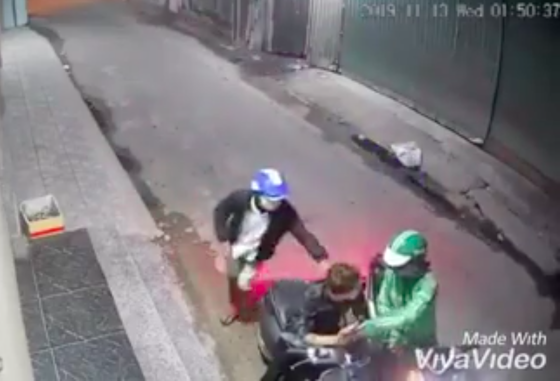 Hai thanh niên dùng dao, bình xịt hơi cay tấn công người dân để cướp tài sản táo tợn ảnh 1