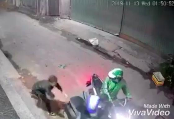 Hai thanh niên dùng dao, bình xịt hơi cay tấn công người dân để cướp tài sản táo tợn ảnh 3