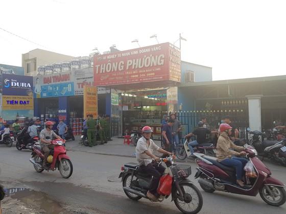 Nghi án 2 thanh niên nổ súng cướp tiệm vàng táo tợn ở huyện Hóc Môn ảnh 1