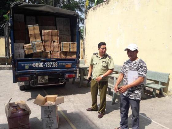 Phát hiện gần 1 tấn bánh bông lan nhập lậu  trong xe tải ở TPHCM ảnh 2