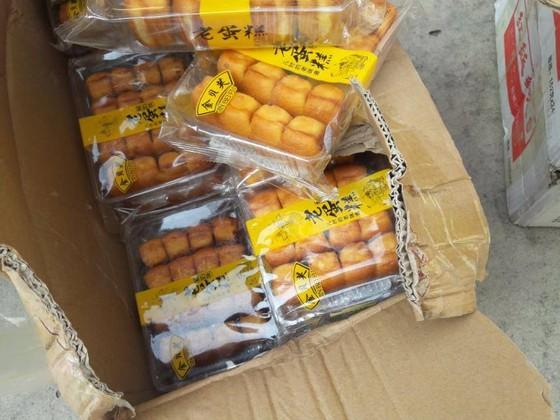 Phát hiện gần 1 tấn bánh bông lan nhập lậu  trong xe tải ở TPHCM ảnh 4