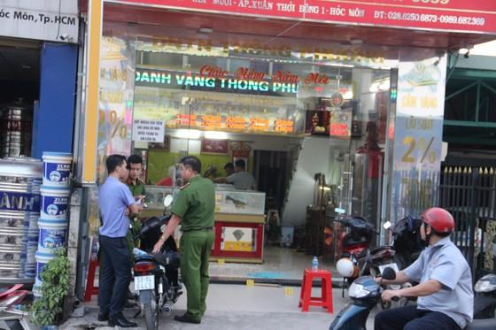 Công an TPHCM thông tin bắt 3 nghi can cướp tiệm vàng ở huyện Hóc Môn ảnh 2