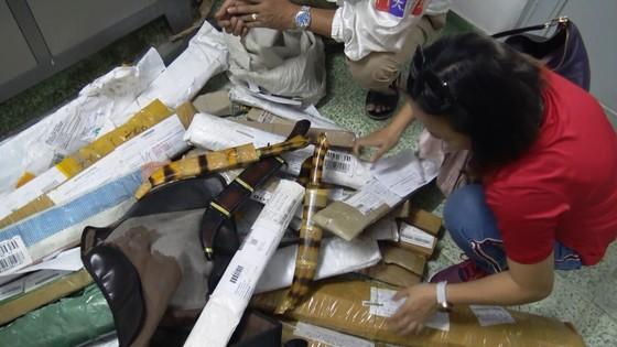 Phát hiện hơn 1.000 hung khí được chuyển qua đường bưu điện ảnh 1