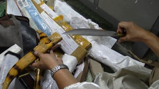 Phát hiện hơn 1.000 hung khí được chuyển qua đường bưu điện ảnh 3