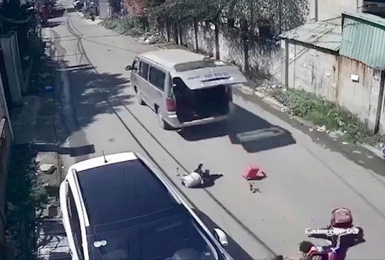 Xe đưa rước học sinh bị bung cửa khiến 2 em rơi ra ngoài đã hết hạn đăng kiểm ảnh 4