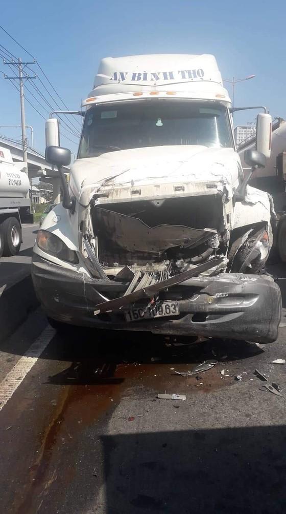 Tai nạn liên hoàn 5 xe trên Xa Lộ Hà Nội, ít nhất 2 người thương vong ảnh 1