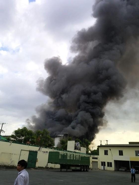 Cháy lớn ở công ty sản xuất bánh kẹo trong Khu công nghiệp Sóng Thần ảnh 4