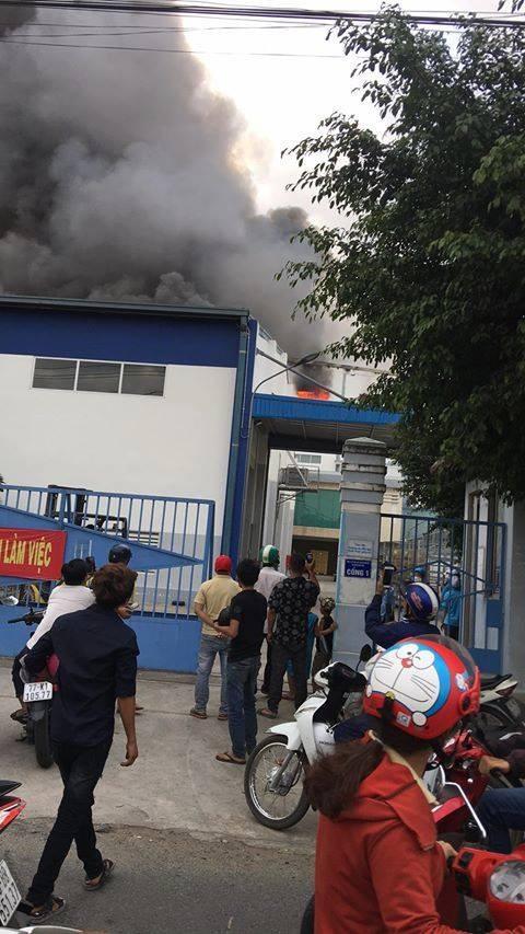 Cháy lớn ở công ty sản xuất bánh kẹo trong Khu công nghiệp Sóng Thần ảnh 2