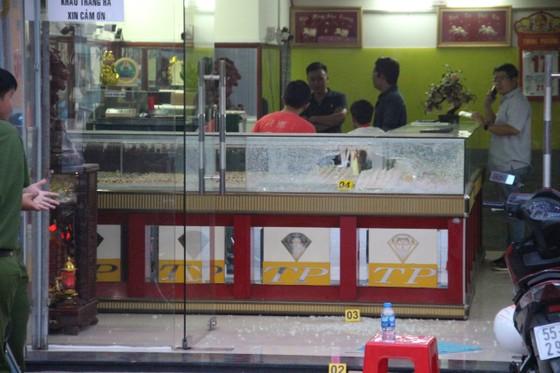 Khởi tố các đối tượng dùng súng cướp tiệm vàng ở huyện Hóc Môn ảnh 3