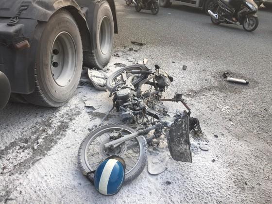 Tai nạn ở dốc cầu vượt Sóng Thần, xe máy bốc cháy dữ dội, 1 người bị thương nặng ảnh 3