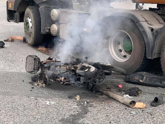 Tai nạn ở dốc cầu vượt Sóng Thần, xe máy bốc cháy dữ dội, 1 người bị thương nặng ảnh 2