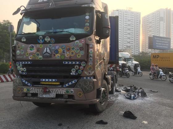 Tai nạn ở dốc cầu vượt Sóng Thần, xe máy bốc cháy dữ dội, 1 người bị thương nặng ảnh 1